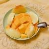 いただきモノのマンゴーと桃、夢の共演。 (Instagram)
