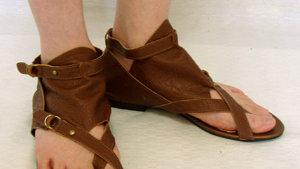 足半草履とサンダルは履き方が違うんです。下駄などで足が痛くなるのを防ぐコツ